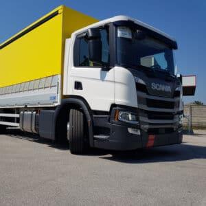 Camion centinato con allestimento speciale